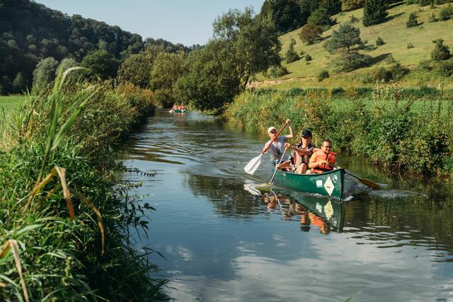 Zwei Kanus auf  dem Fluss bei Münsingen.