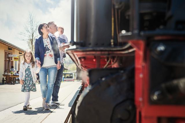 Eine Familie betrachtet die Schwäbische Alb-Bahn in Münsingen.