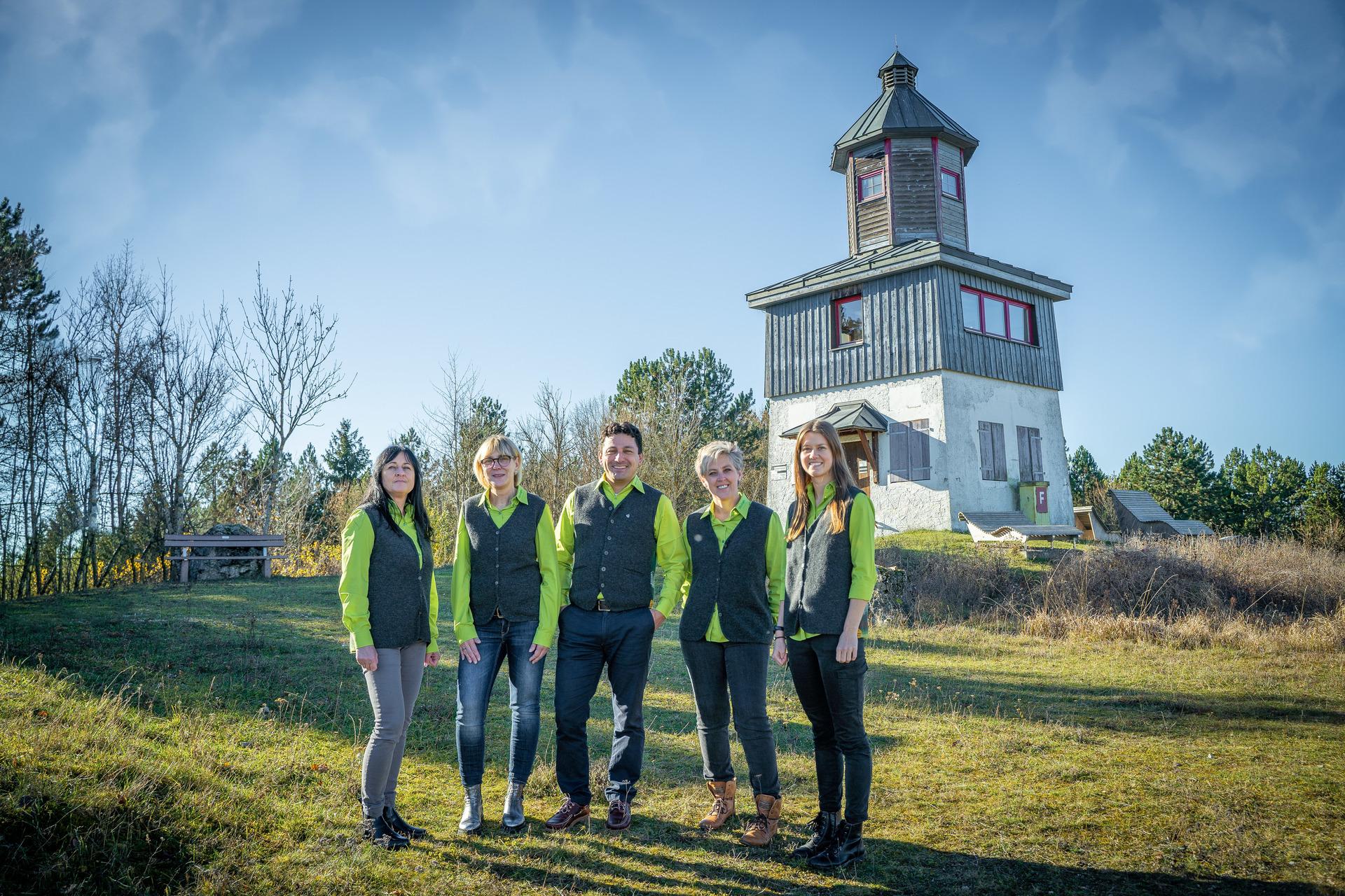 Das Team der Touristik Information Münsingen auf dem ehemaligen Truppenübungsplatz am Sternenbergturm  im Biosphärengebiet Schwäbische Alb.