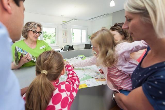 Die Touristik Information Münsingen im Biosphärengebiet Schwäbische Alb berät seine Gäste gerne zu allen möglichen Themen.