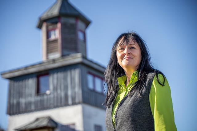Karin Ludwig von der Touristik Information Münsingen auf dem ehemaligen Truppenübungsplatz im Biosphärengebiet Schwäbische Alb.