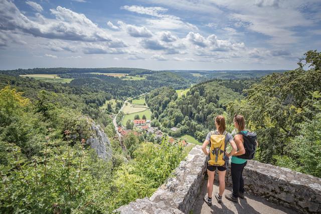 """Die Burg Hohengundelfingen mit dem Premiumwanderweg """"hochgehswigggert"""" im Großen Lautertal in Münsingen im Biosphärengebiet Schwäbische Alb."""