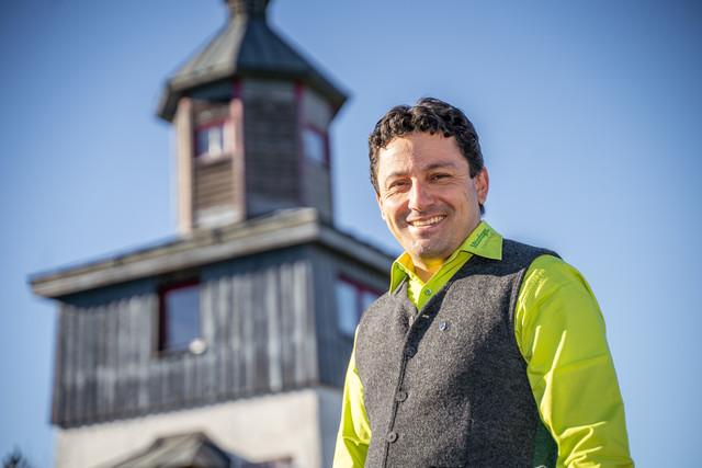 Hans-Peter Engelhart von der Touristik Information Münsingen auf dem ehemaligen Truppenübungsplatz im Biosphärengebiet Schwäbische Alb.