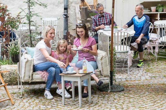 """Das Café """"einzig nicht artig"""" in der Münsinger Innenstadt im Biosphärengebiet Schwäbische Alb."""
