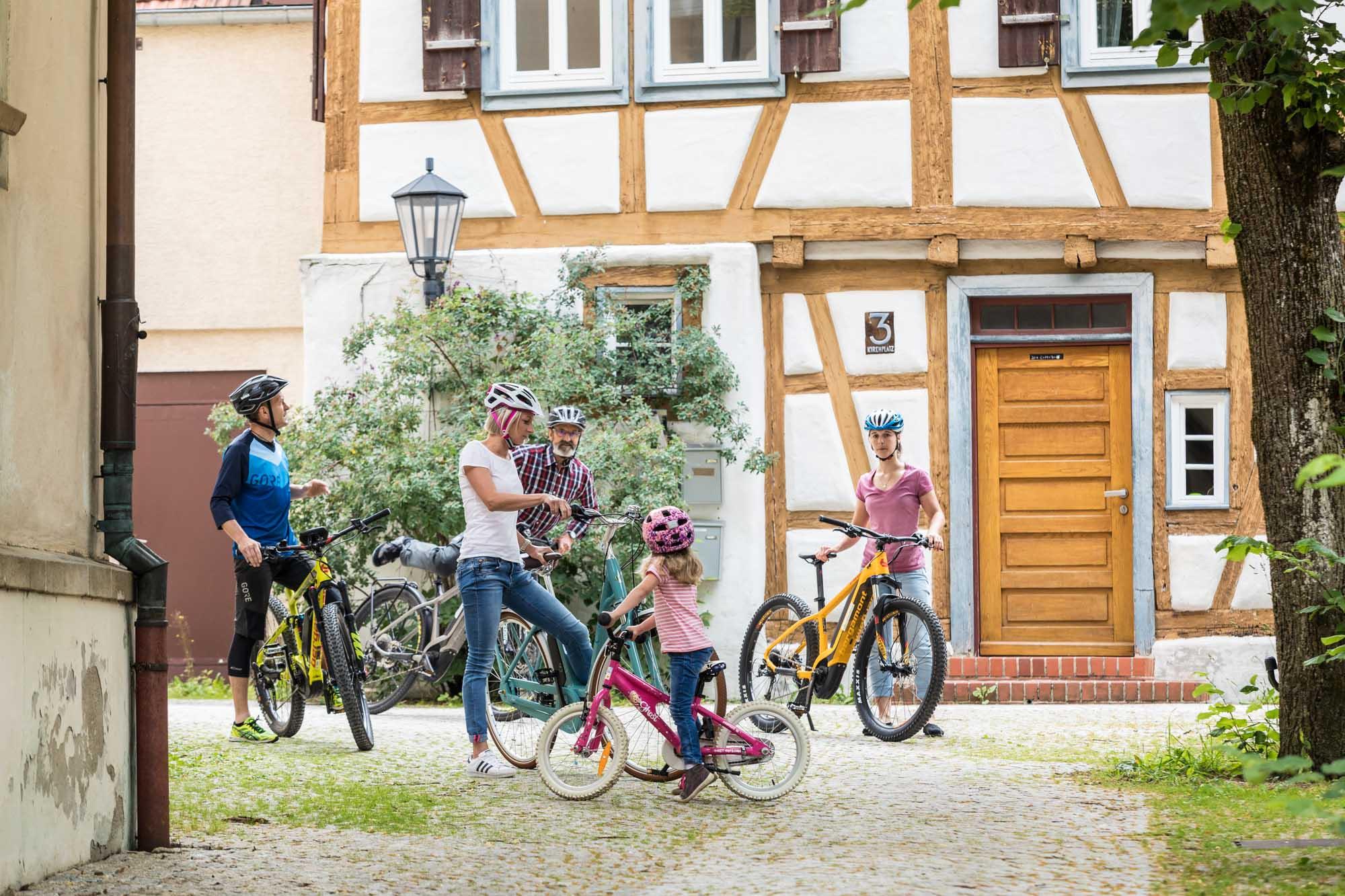 Eine Familie bei einer Radtour in Münsingen.