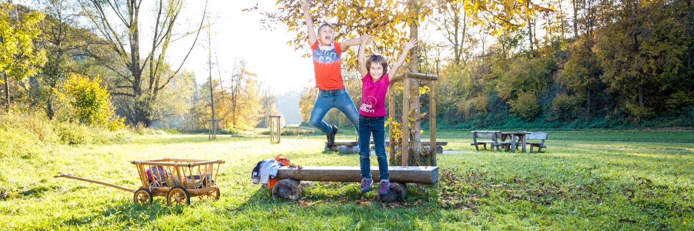 Kinder an einem Rastplatz in Münsingen.