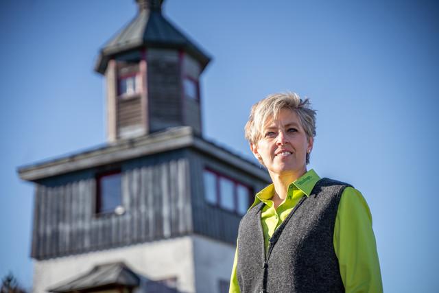 Renate Brandt von der Touristik Information Münsingen auf dem ehemaligen Truppenübungsplatz im Biosphärengebiet Schwäbische Alb.