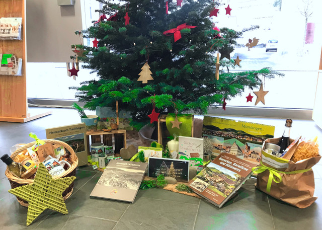 Weihnachtsbaum mit Weihnachtsgeschenken aus Münsingen