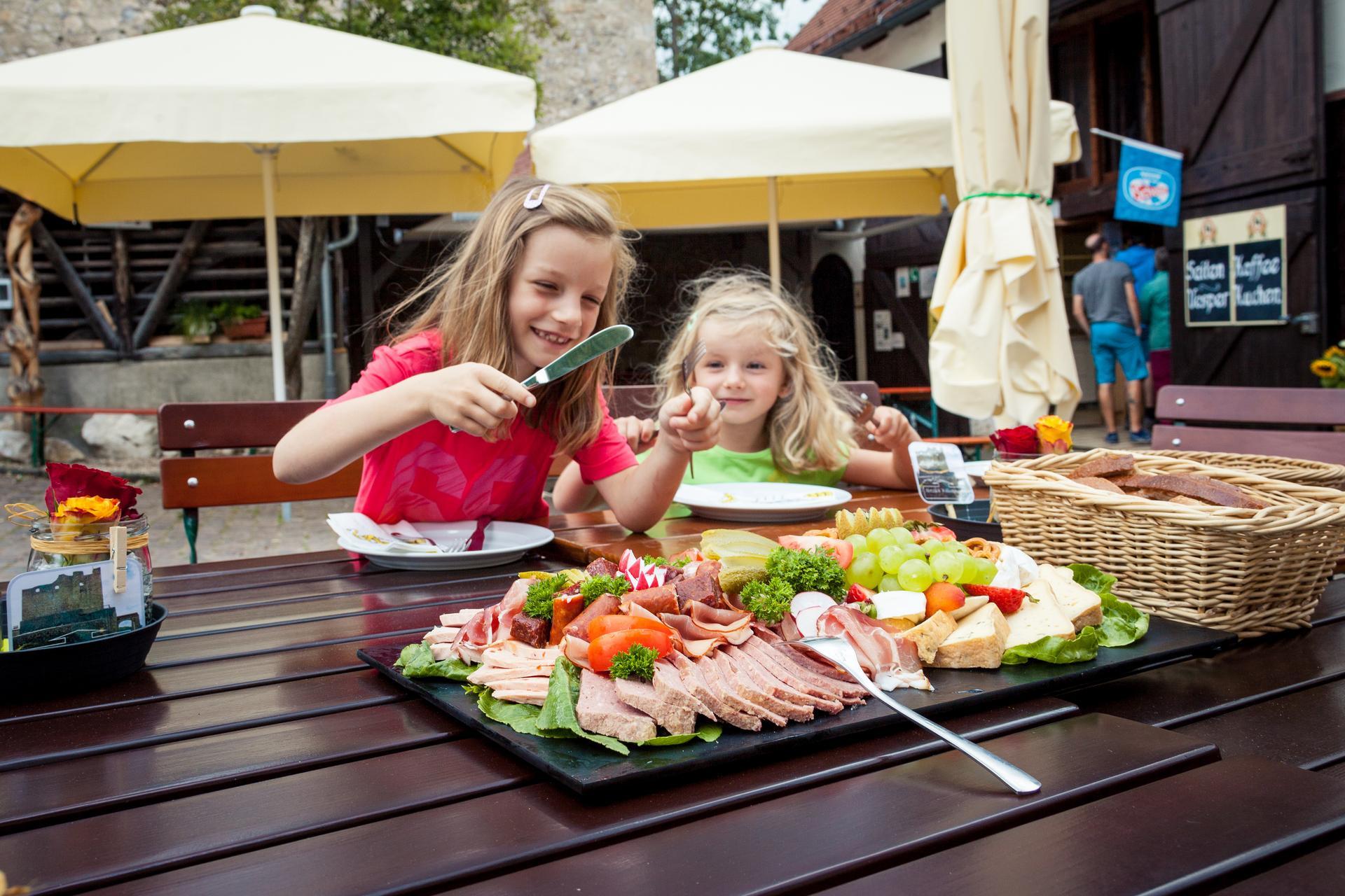 Schwäbische Kulinarik auf der Burg Derneck im Großen Lautertal im Biosphärengebiet Schwäbische Alb.